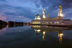 美丽的亚庇市清真寺在沙巴,马来西亚的黎明 免版税图库摄影