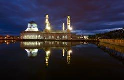 美丽的亚庇市清真寺在沙巴,马来西亚的黎明 库存图片