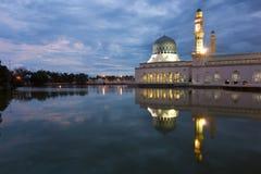 美丽的亚庇市清真寺在沙巴,马来西亚的黎明 库存照片