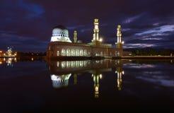 美丽的亚庇市清真寺在沙巴,马来西亚的黎明 免版税库存照片
