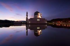 美丽的亚庇市清真寺在沙巴,马来西亚的黎明 图库摄影