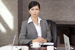 美丽的亚裔中国女实业家在 免版税库存图片