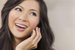 美丽的亚裔中国妇女谈话在手机 免版税库存照片
