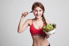 美丽的亚裔健康女孩喜欢吃沙拉 库存照片