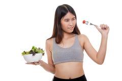 美丽的亚裔健康女孩喜欢吃沙拉 图库摄影