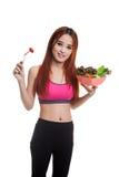美丽的亚裔健康女孩喜欢吃沙拉 免版税库存照片