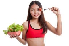 美丽的亚裔健康女孩喜欢吃沙拉 免版税图库摄影