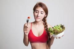 美丽的亚裔健康女孩喜欢吃沙拉 免版税库存图片