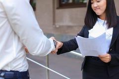 年轻美丽的亚裔女商人女性和白种人男性L 免版税图库摄影
