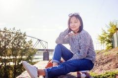 美丽的亚裔女孩女小学生15-16年,户外画象, 图库摄影