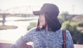 美丽的亚裔女孩女小学生15-16年,户外画象, 免版税库存图片