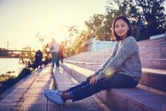 美丽的亚裔女孩女小学生15-16年,户外画象, 库存图片