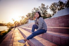 美丽的亚裔女孩女小学生15-16年,户外画象, 免版税库存照片