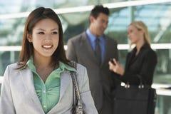 美丽的亚裔女实业家在办公室外 库存图片