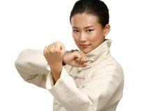 美丽的亚裔妇女做kung fu姿态 库存图片