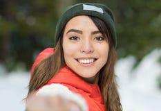 年轻美丽的亚裔妇女在冬天雪森林女孩户外走的雪白色公园 免版税库存图片
