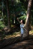 美丽的亚裔妇女在热带密林 走 免版税库存图片