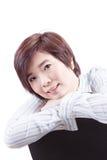 美丽的亚裔妇女坐椅子和微笑 库存图片