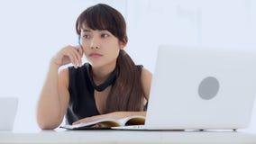 美丽的亚裔妇女微笑的开会在客厅研究中和学会在家写笔记本,女孩家庭作业 影视素材