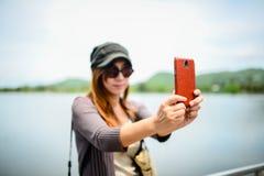 美丽的亚裔妇女拍的照片的她自己, 免版税库存图片