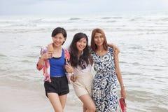 年轻美丽的亚裔妇女朋友松弛愉快的em画象  免版税库存照片