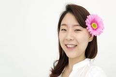 美丽的亚裔妇女画象有桃红色花的在耳朵 免版税库存照片
