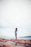 美丽的亚裔妇女画象礼服立场的在海的一块石头和查寻 库存照片
