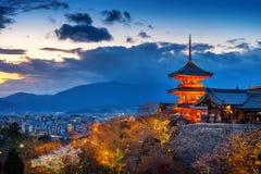美丽的京都市和寺庙在微明,日本 免版税库存照片