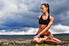 美丽的亭亭玉立的妇女做瑜伽转弯姿势 免版税库存照片