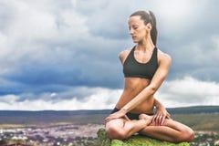 美丽的亭亭玉立的妇女做瑜伽转弯姿势 免版税图库摄影
