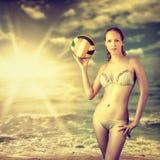 年轻美丽的亭亭玉立的排球妇女 图库摄影