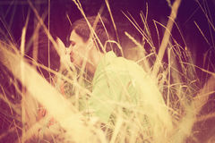 美丽的亲吻对年轻人 库存照片