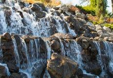 美丽的人为瀑布在早期的春天早晨 免版税库存图片