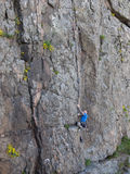 美丽的人攀登一座高山 免版税库存照片