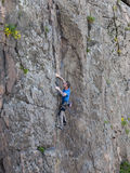 美丽的人攀登一座高山 图库摄影