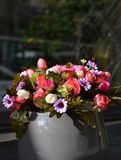 美丽的人造花花束 免版税库存照片