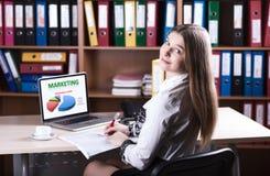年轻美丽的企业夫人工作在办公桌的Portrait 免版税库存图片