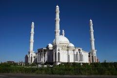 美丽的伊斯兰教的清真寺在阿斯塔纳,哈萨克斯坦 免版税库存照片