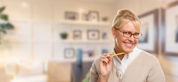 美丽的传神学生或女实业家有铅笔的在办公室 免版税图库摄影