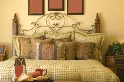 美丽的传统卧室舒适装饰的样式 免版税库存照片