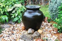美丽的传统黑罐喷泉 库存照片