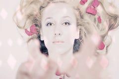 美丽的位于的瓣玫瑰色妇女年轻人 库存照片