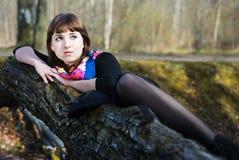美丽的位于的结构树妇女 图库摄影