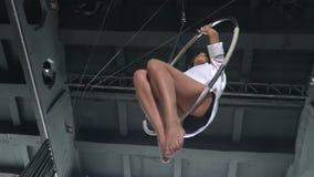 美丽的体操运动员在慢动作的空中箍摇摆 股票视频