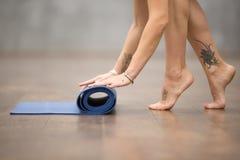 美丽的信奉瑜伽者妇女完成了锻炼 库存照片