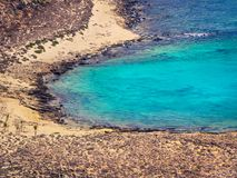 美丽的偏僻的海滩,令人敬畏的清楚的大海 图库摄影