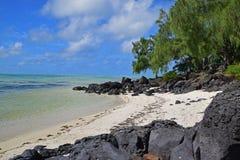 美丽的偏僻的海滩围拢与黑岩石在Ile辅助Cerfs毛里求斯 免版税库存照片