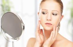 年轻美丽的健康妇女和反射在镜子 免版税库存照片
