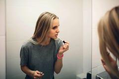 年轻美丽的健康妇女和反射的面孔在镜子 免版税库存照片