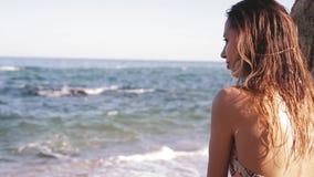 美丽的健康妇女画象有适合的身体的在时尚性感的比基尼泳装 式样摆在反对在的海背景 影视素材